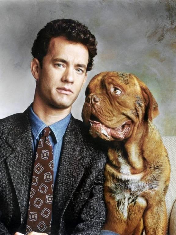 O ator olha para câmera e o cachorro olha para ele