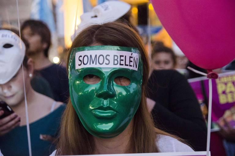Mulher participa de manifestação a favor da libertação de Belén, condenada por ter feito um aborto espontâneo na Argentina