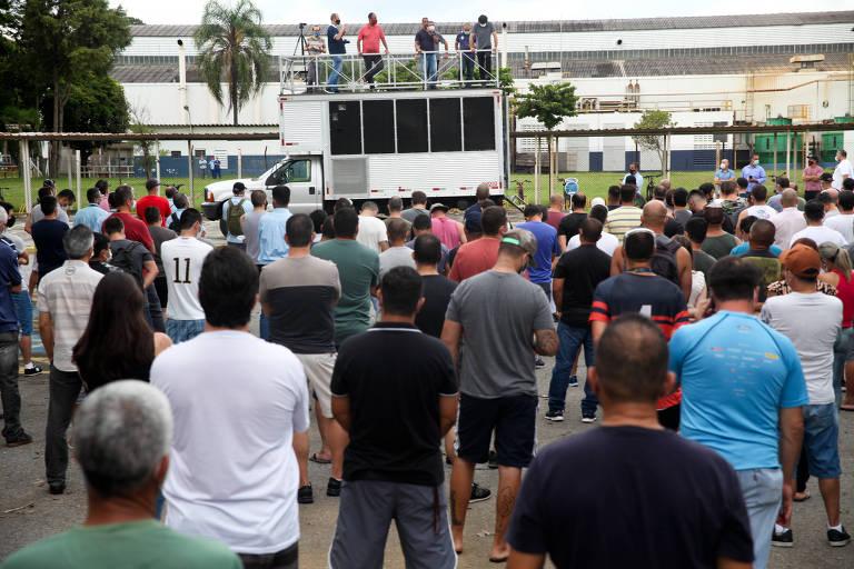 Trabalhadores fazem assembleia em frente à fábrica