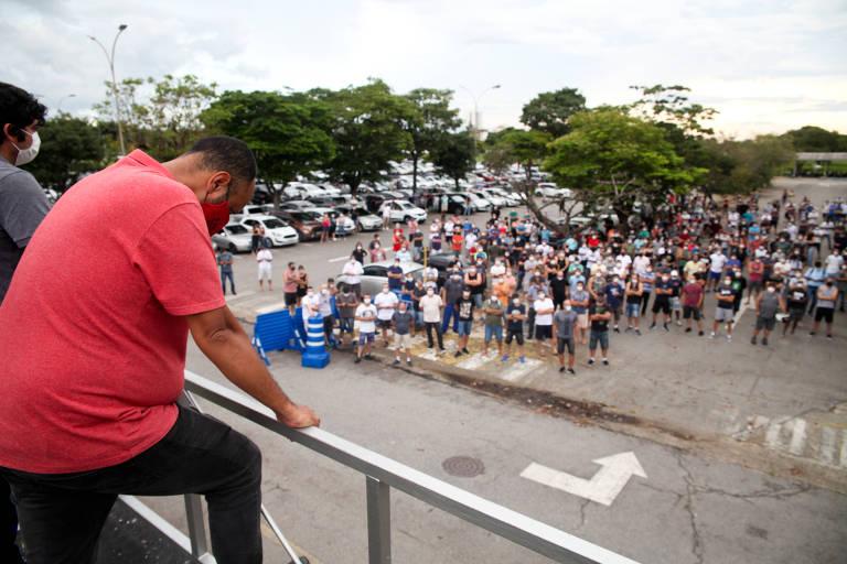 Em Taubaté (SP), sindicato faz assembleia com os metalúrgicos no estacionamento da fábrica da Ford