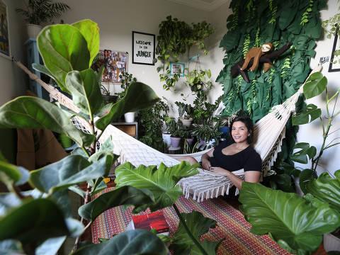 SAO PAULO, SP, 06/01/2021, BRASIL - PANDEMIA DO COVIDE-19 - 12:45:23 - Com a pandemia e o confinamento, as pessoas passaram a se interessar mais por plantas, trazendo a natureza para dentro de casa. A secretaria executiva Aline Rodrigues, 31, tem um quarto cheio de plantas, com uma rede e pufes, que ela usa para ler e pensar na vida.Rivaldo Gomes/Folhapress, SHOW -