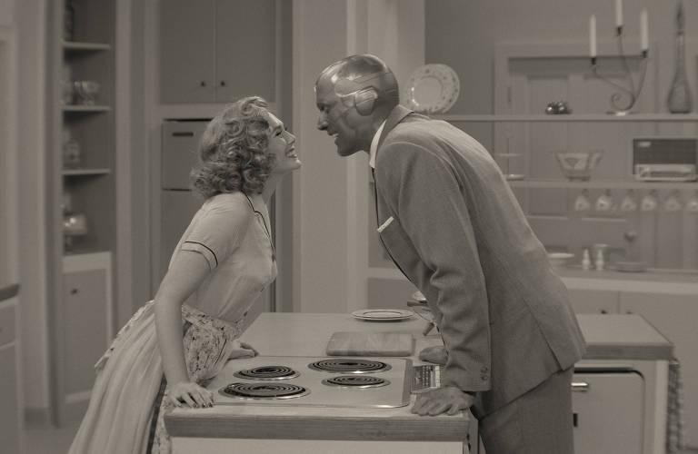 """Elizabeth Olsen e Paul Bettany em cena da série """"WandaVision"""", do Disney+"""