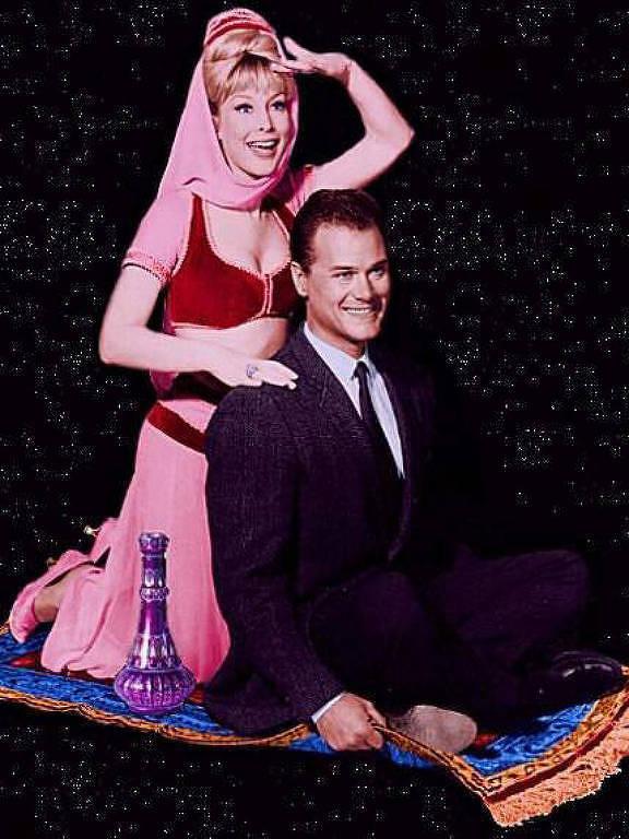 Os atores Barbara Eden e Larry Hagman, da série 'Jeannie É um Gênio'