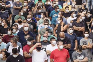 Fehamento da FORD: Funcionarios durante assembleia no estacionamento da fabrica da FORD em Taubate