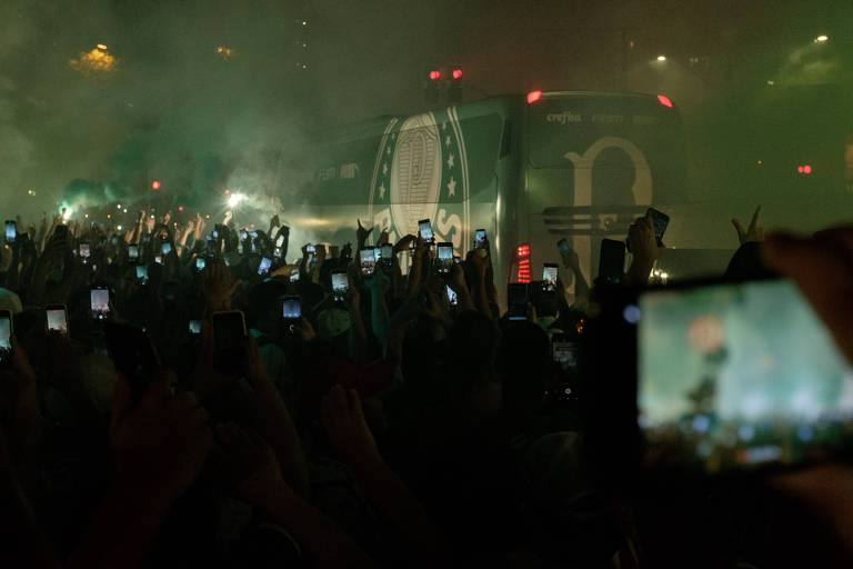Torcedores do Palmeiras se aglomeram (muitos sem máscaras) para receber o ônibus do time na chegada ao Allianz Parque. O time enfrenta o River Plate pelo jogo de volta da semifinal da Libertadores