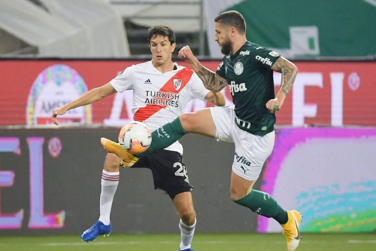 Zé Rafael, do Palmeiras, domina a bola acompanhado de perto por Nacho Fernandez, do River Plate