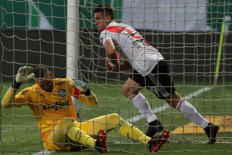 Borré pega a bola dentro do gol após marcar o segundo gol do River Plate contra o Palmeiras. No detalhe, o goleiro Weverton lamenta a falha da defesa palmeirense