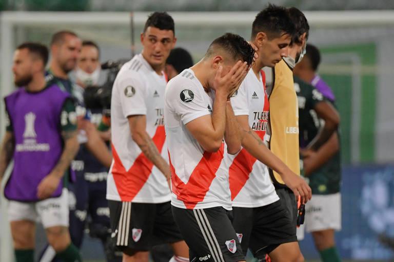 Borré, do River, leva as mãos ao rosto após o apito final do árbitro, que confirmou a classificação do Palmeiras à final da Libertadores
