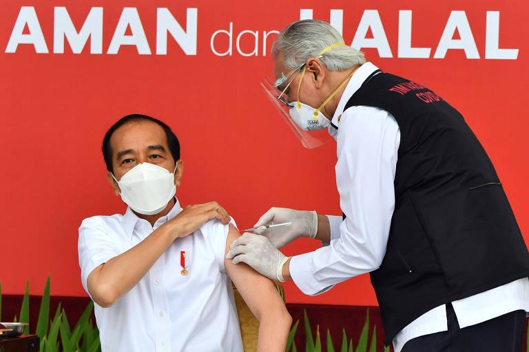 O presidente da Indonésia, Joko Widodo, recebe a primeira dose da Coronavac na campanha de seu país, que começou nesta quarta (13)
