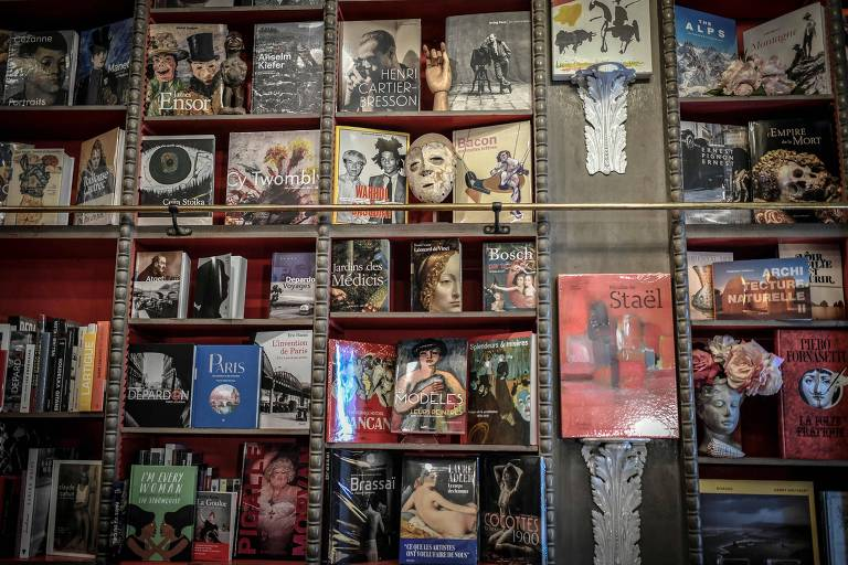 Foto de prateleiras cheias de livros