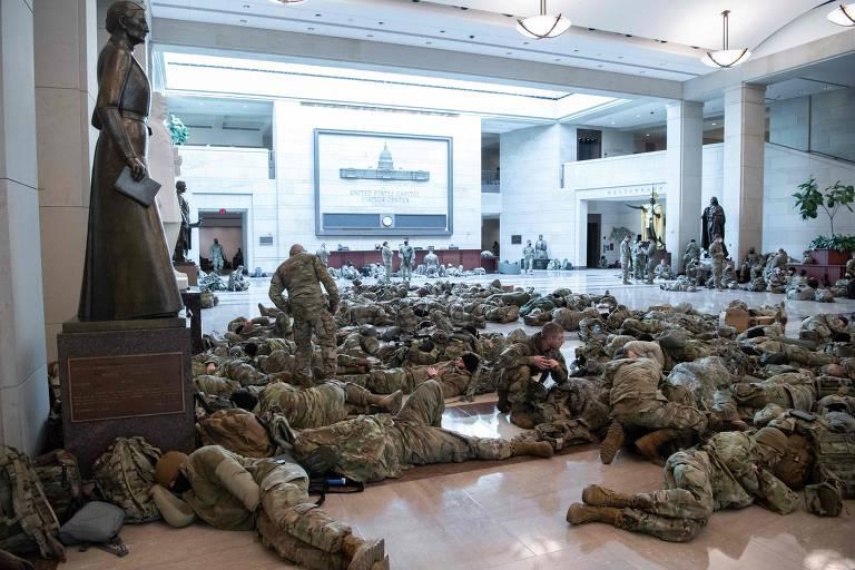 Soldados descansam no Centro de Visitantes do Capitólio, em Washington; Guada Nacional está presente desde a invasão por apoiadores do presidente Donald Trump
