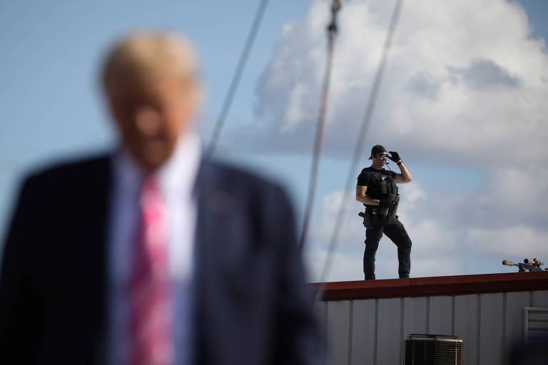 Agente do Serviço Secreto faz a segurança de Donald Trump durante evento de sua campanha na Carolina do Norte