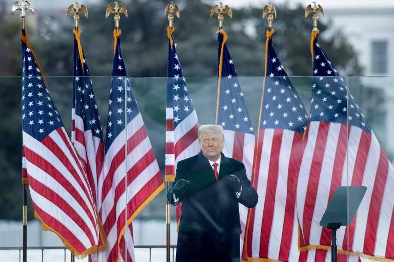 Atrás de uma barreira na Casa Branca, Trump fala a apoiadores que depois invadiram o Capitólio, no dia 6