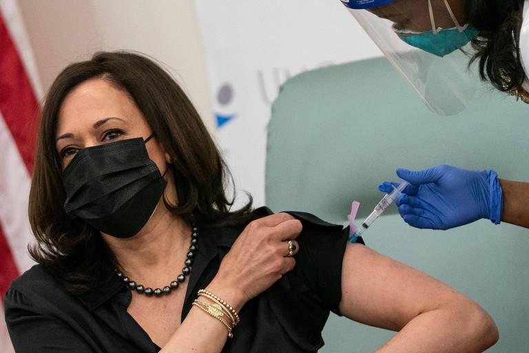 Kamala Harris, vice-presidente eleita dos EUA, toma vacina contra a Covid em Washington