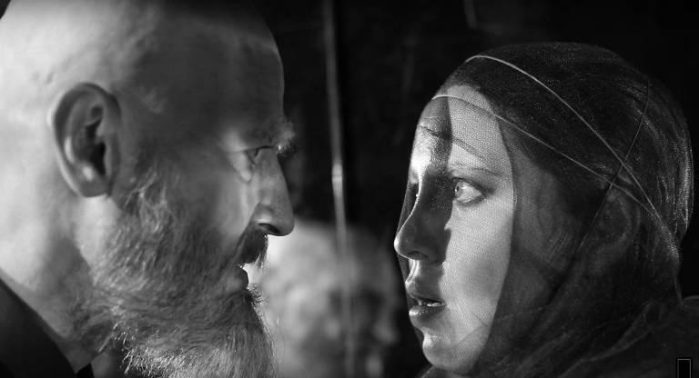 Homem e mulher se encarando