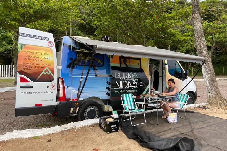 Lauren com motorhome alugado em camping na praia Retiro dos Padres, em Bombinhas (SC)