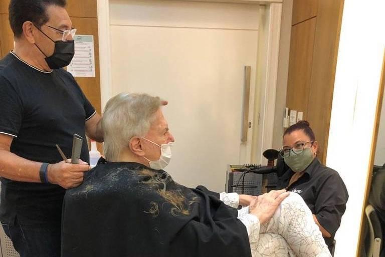 Silvio Santos sai do isolamento para cortar e tingir o cabelo
