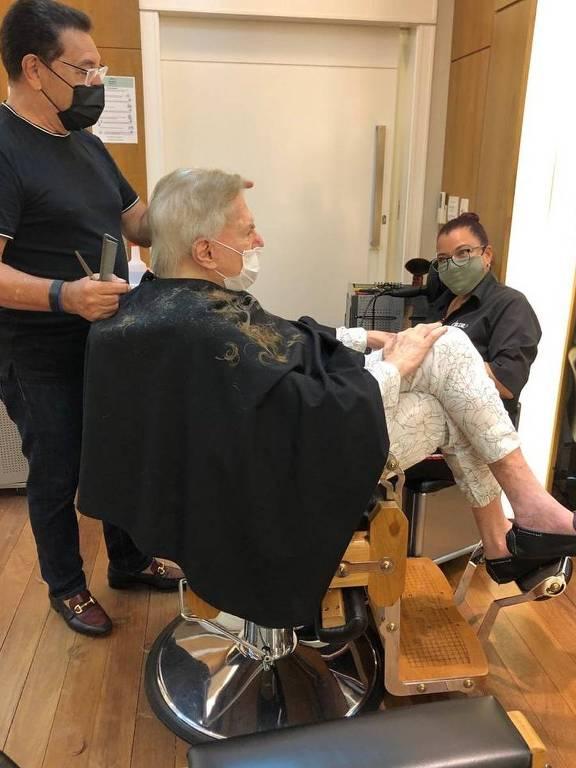Silvio Santos corta o cabelo com Jassa
