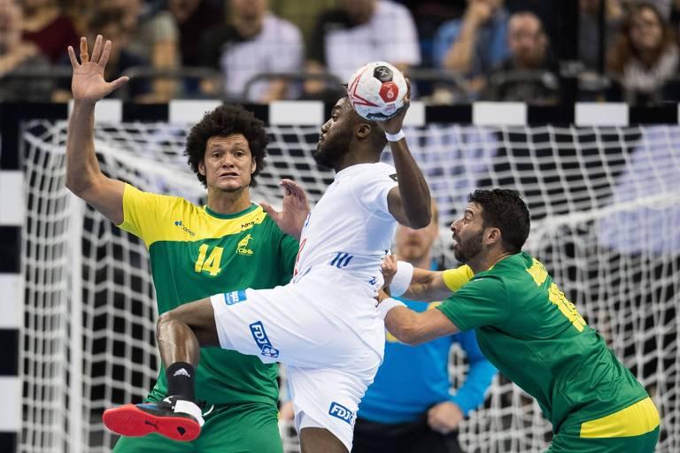 Thiagus Petrus tenta bloquear arremesso francês durante Mundial de Handebol disputado em janeiro de 2019