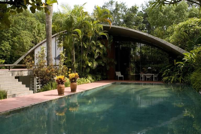 Residência Milan, no bairro Cidade Jardim, em São Paulo; a estrutura curva da casa, em concreto, é um dos trabalhos mais relevantes