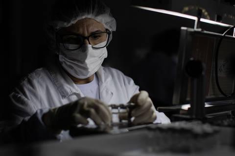 Bolsonaro afaga China e agradece liberação de insumo para Coronavac
