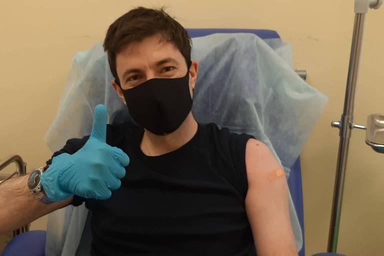 O jornalista brasileiro Fábio Aleixo após receber a primeira dose da vacina Sputnik V em Moscou
