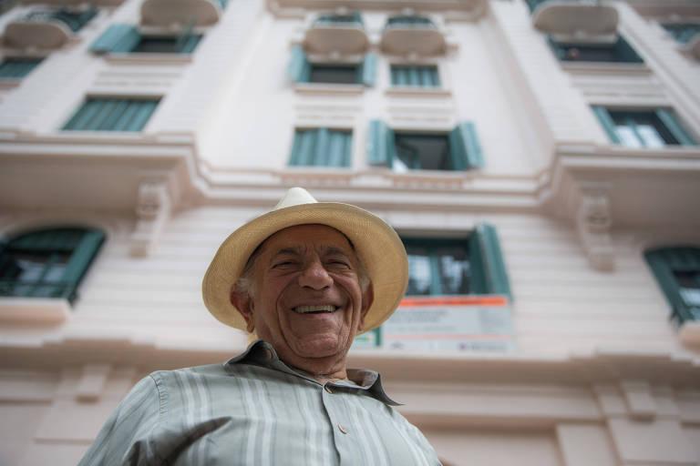 Roberto Luna, cantor de sucesso nos anos 1960 e morador do Palacete dos Artistas, no centro de São Paulo