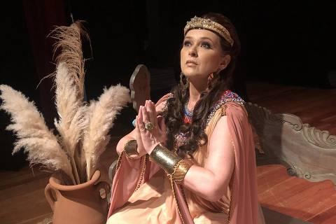 Atriz Myrian Rios vive Rainha Ester na volta ao teatro após 20 anos