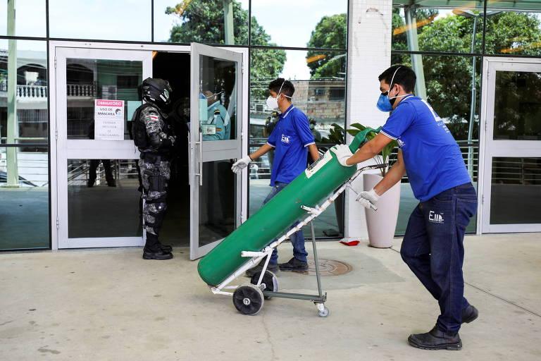 Trabalhador chega com cilindro de oxigênio no Hospital Universitário  Getúlio Vargas hospital, em Manaus