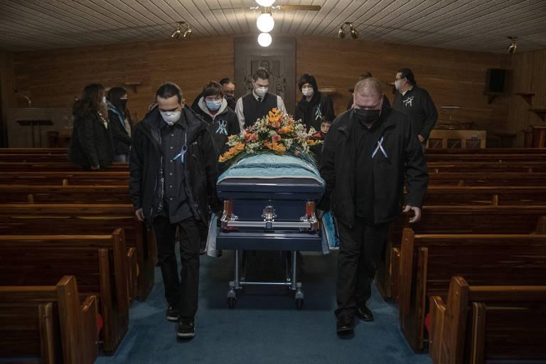 Funeral de Jesse Taken Alive, membro da tribo lakota morto por causa do coronavírus, é realizado na cidade de Mobridge, na Dakota do Sul