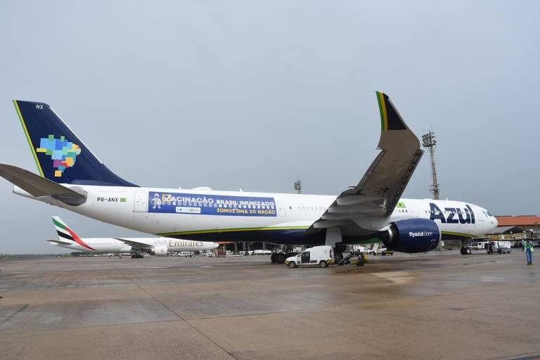 o avião, da companhia aérea Azul, encarregado de viajar a Índia para buscar 2 milhões de doses da vacina de Oxford e da AstraZeneca