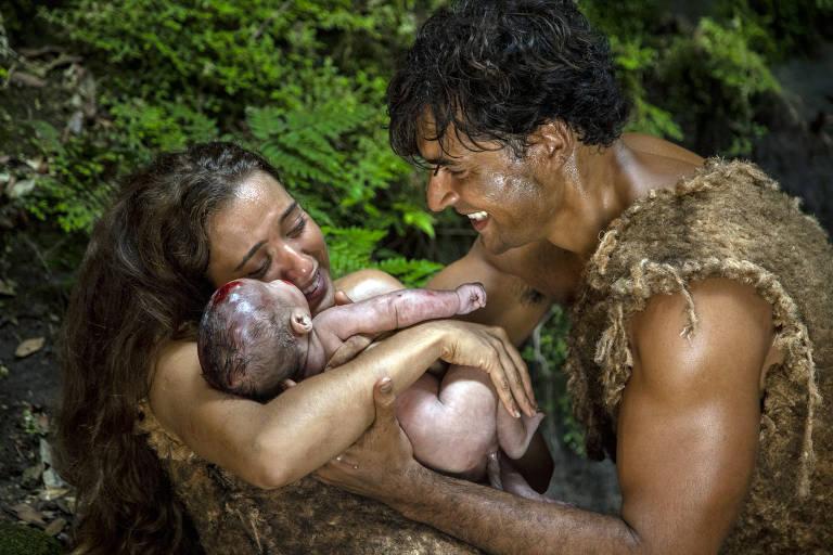 Adão (Carlo Porto) e Eva (Juliana Boller)