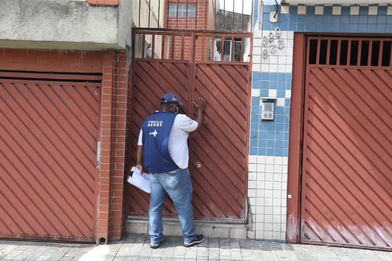 Agentes de zoonoses fazem ação denominada Casa a Casa, na zona leste, que visa verificar possíveis criadouros do mosquito Aedes aegypti