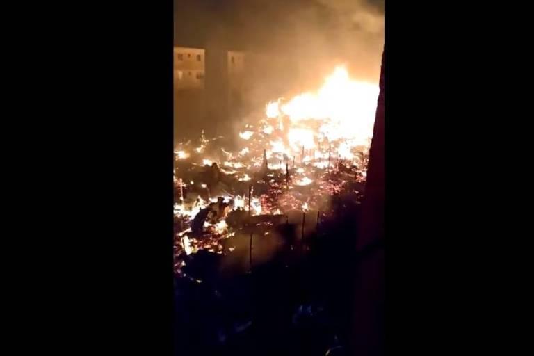 Incêndio destrói 250 barracos ao lado de prédios no Rio de Janeiro