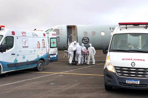 MANAUS, AM, 15-1-2021 - Equipes de saúde fazem o transporte de pacientes infectados pelo covid-19 para a aeronaves C-99 da FAB, eles serão transportados de Manaus (AM) para outros estados do País na manhã desta sexta-feira (15)