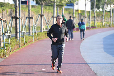 (210112) -- HAIKOU, Jan. 12, 2021 (Xinhua) -- A man runs at Haikou bay in Haikou, south China's Hainan Province, Jan. 12, 2021. (Xinhua/Pu Xiaoxu)
