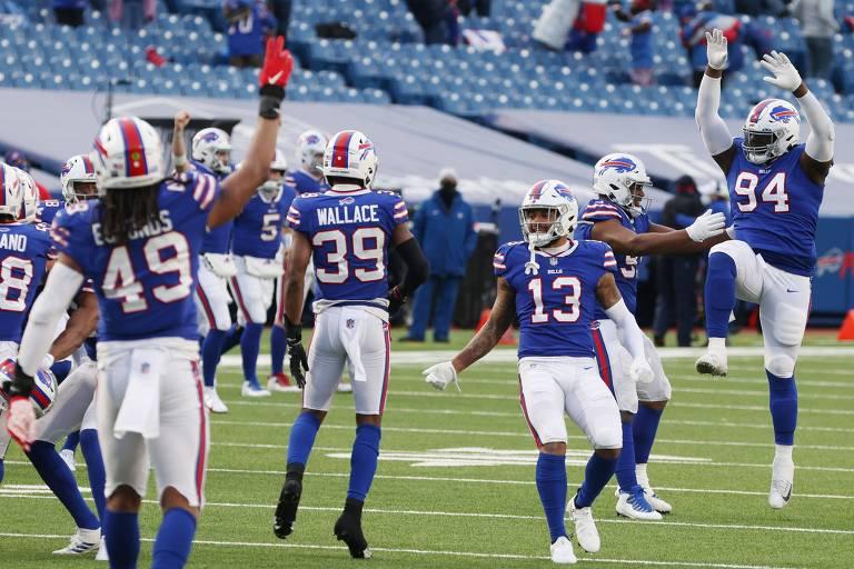 Jogadores do Buffalo Bills comemoram touchdown marcado contra o Indianapolis Colts