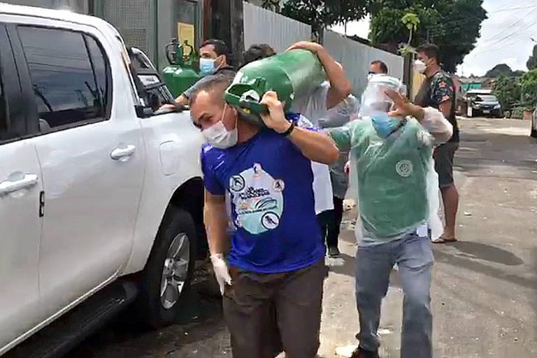 Parentes de pacientes internados no Serviço de Pronto-Atendimento do bairro Redenção, na zona centro-oeste de Manaus, se desesperam com chegada de cilindro de oxigênio na unidade.