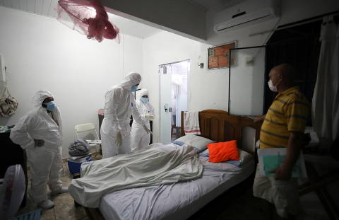 Parentes abanam pacientes com papelão em hospital de Manaus
