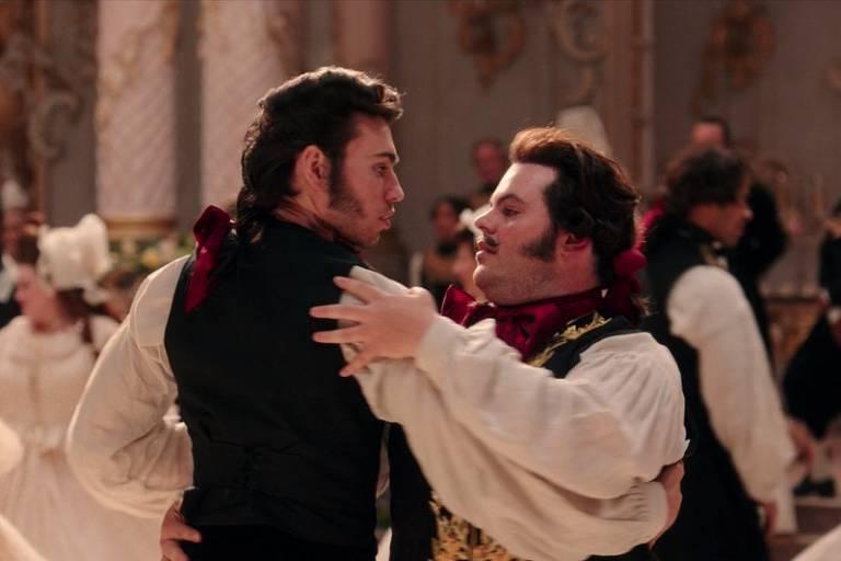 """Alexis Loizon e Josh Gad em cena do filme """"A Bela e a Fera"""", de Bill Condon"""