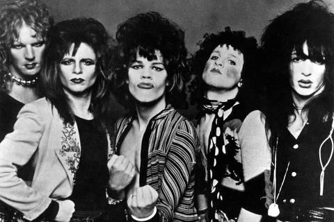 ORG XMIT: 411101_1.tif Música: o grupo New York Dolls. O inglês Malcolm McLaren passou a empresariar o grupo em 1974, além de vesti-los. *** JANUARY 01: Photo of NEW YORK DOLLS; Posed group portrait of the New York Dolls (Photo by RB/Redferns)