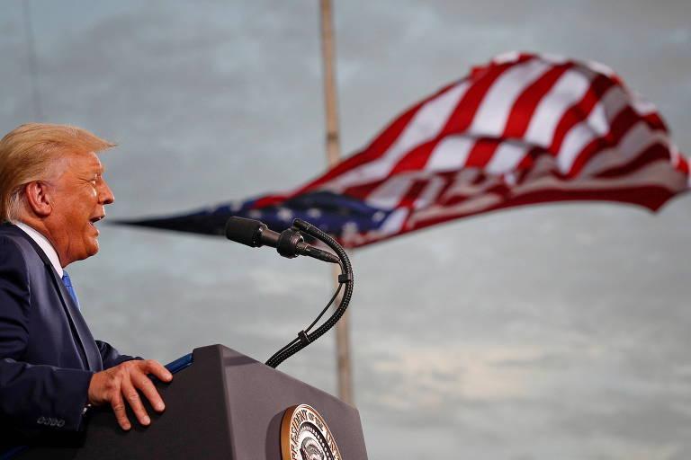 O presidente dos EUA, Donald Trump, que dará lugar a Joe Biden neste mês, discursa em Jacksonville com a bandeira do país ao fundo