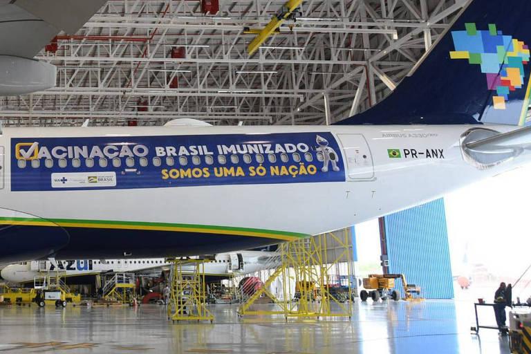 Avião da Azul foi adesivado para viagem na qual deveria buscar vacinas de Oxford e AstraZeneca na Índia