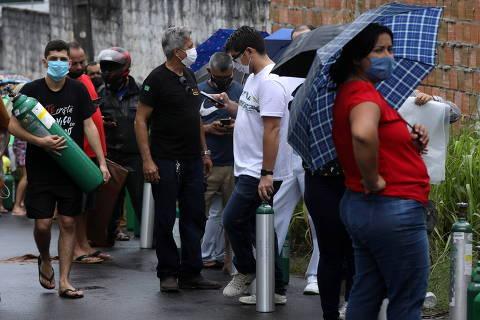 Moradores de Manaus se aglomeram em fila por cilindro de oxigênio; veja vídeo