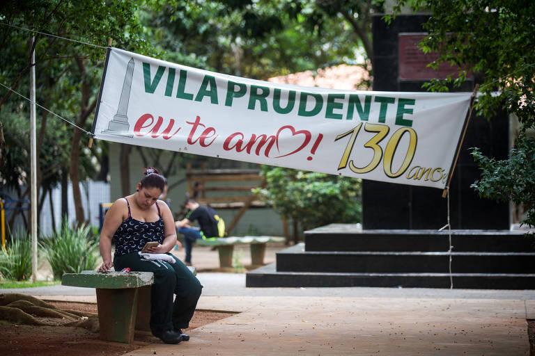 Mulher sem máscara na praça IV Centenário, na Vila Prudente, em frente ao posto de saúde do bairro