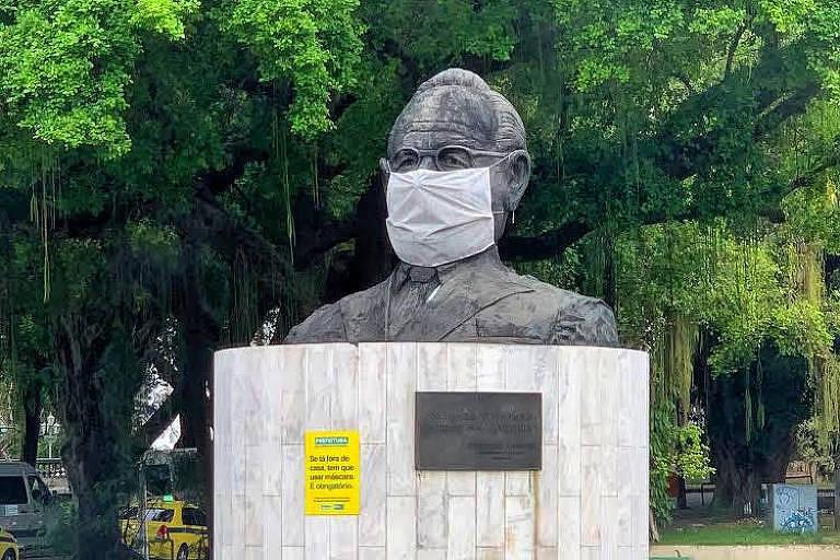 """Carinhosa apelidada de """"Cabeção do Getúlio"""", a estátua do ex-presidente Vargas também ganhou uma máscara gigante no bairro da Glória."""