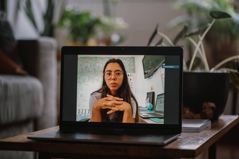 Foto de estudante em computador