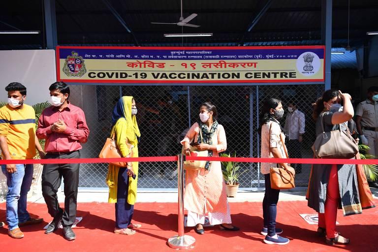 Profissionais da saúde fazem fila para aguardar vacinação contra a Covid em Mumbai, na campanha iniciada neste sábado pelo governo indiano
