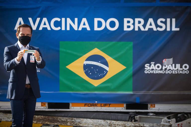 Doria mostra Coronavac em frente a contêiner com doses vindas da China, em Guarulhos