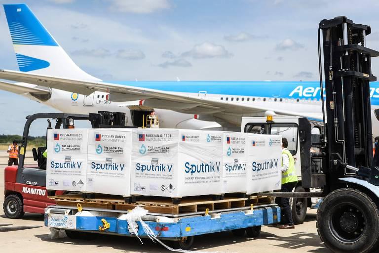 Contêineres com 300 mil doses da Sputnik V são desembarcados em Buenos Aires no sábado (16)